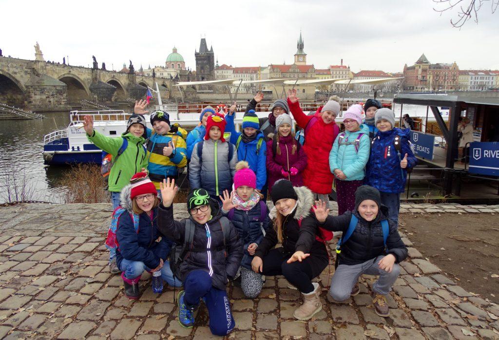 c209f230b06 Potom se žáci přemístili do přístaviště na Kampě a vyhřívanou lodí se po  Vltavě projeli. Bylo krásné počasí a výlet se opravdu vydařil.